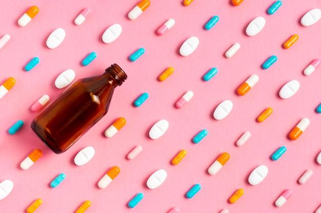 Vista superior de píldoras con botella
