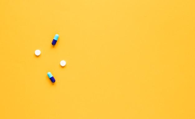 Vista superior de píldoras de medicina con espacio de copia
