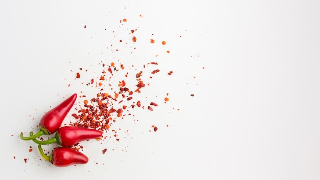 Vista superior pimiento rojo y semillas en la mesa