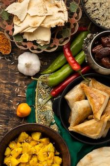 Vista superior de pimientos y comida india