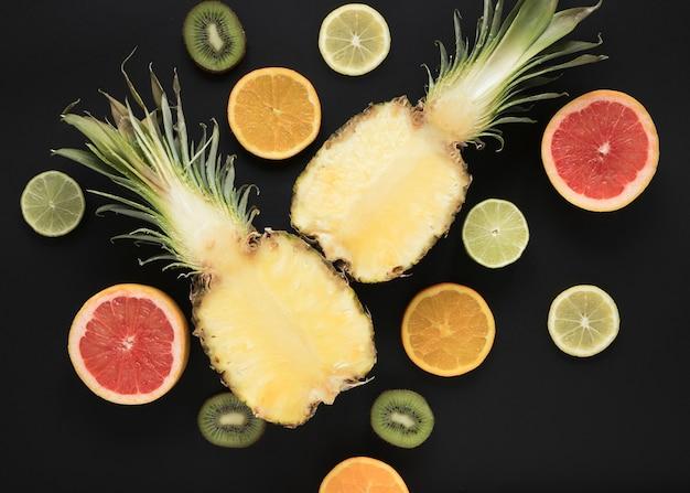 Vista superior de piña fresca con limón y lima