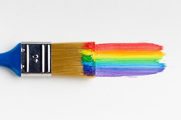 Vista superior del pincel con pintura arcoiris