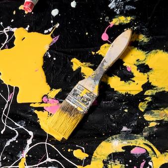 Vista superior del pincel con pintura
