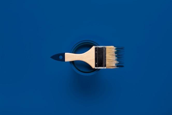 Vista superior pincel sobre lata de pintura en color del año