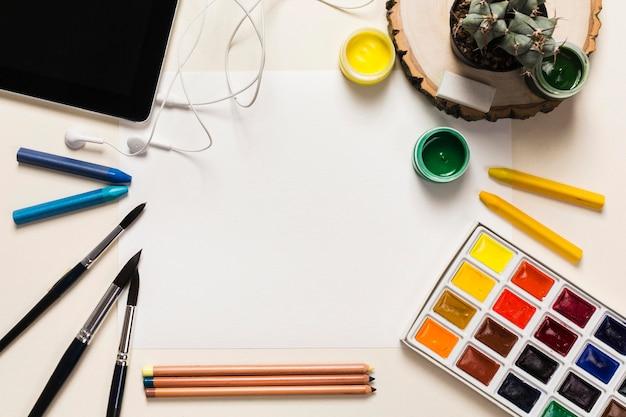Vista superior de pintura colorida en concepto de escritorio