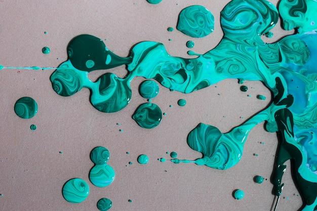 Vista superior pintura colorida sobre fondo gris