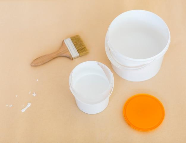 Vista superior de pintura y rodillo de pintura
