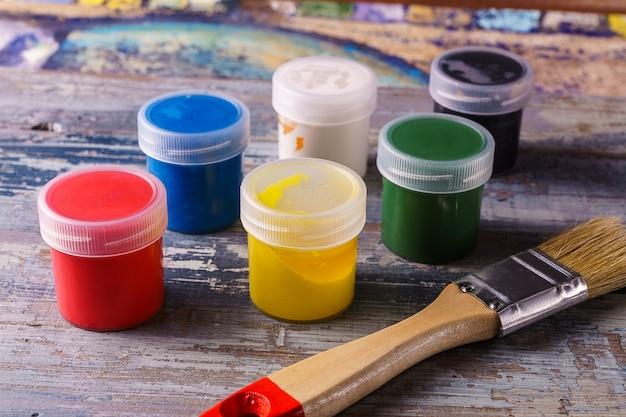 Vista superior de las pinturas de colores con pincel.