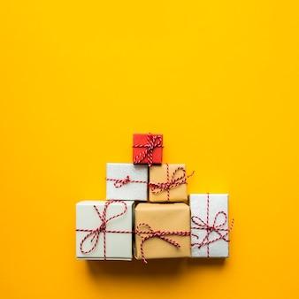 Vista superior de la pirámide de regalos envueltos.