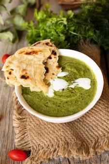Vista superior de pita con comida tradicional india