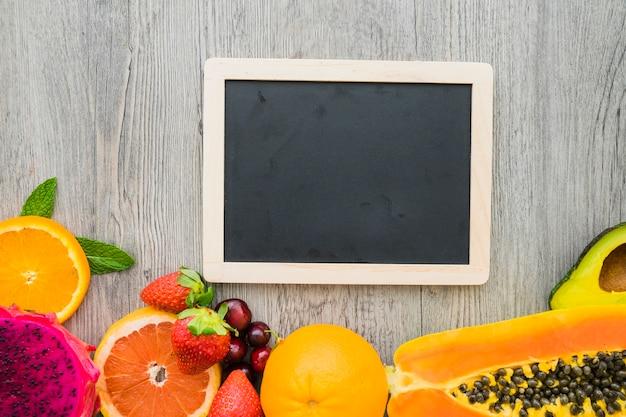 Vista superior de pizarra para mensajes y frutas veraniegas