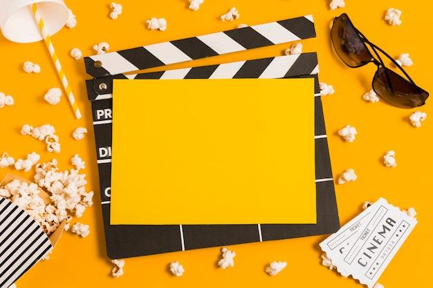 Vista superior de la pizarra de películas para cine