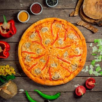 Vista superior de pizza con champiñones y pimientos