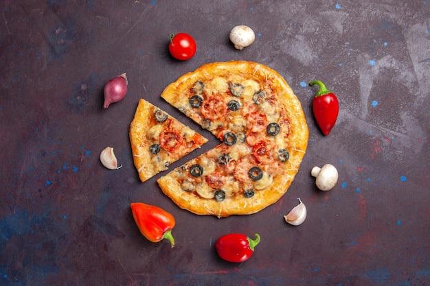 Vista superior de la pizza de champiñones con queso y aceitunas en la superficie oscura comida pizza italiana hornear masa harina