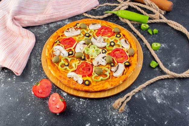 Vista superior de la pizza de champiñones con tomates, aceitunas, champiñones con tomates frescos y pimientos en el escritorio gris masa de pizza comida italiana