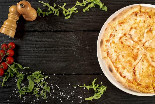 Vista superior de pizza en mesa de madera con espacio de copia