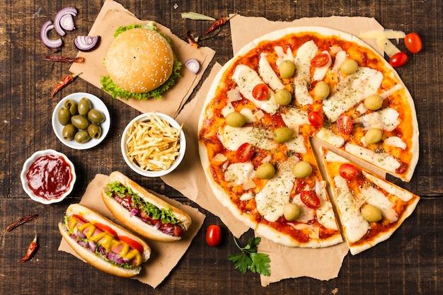 Vista superior de pizza en mesa de madera