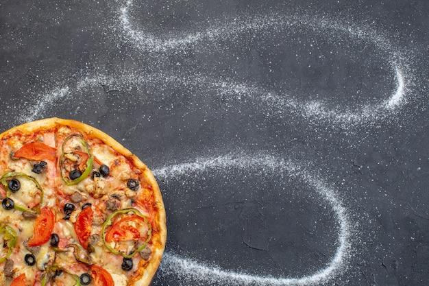 Vista superior de pizza de queso con aceitunas pimiento y tomates en superficie oscura