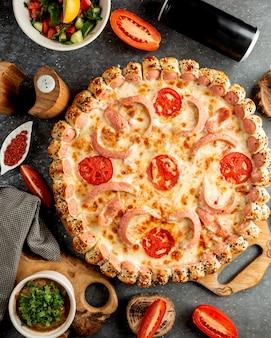 Vista superior de pizza de salchicha con queso y tomate