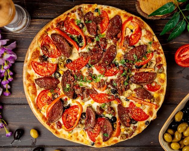 Vista superior de pizza de salchicha con tomate pimiento rojo y queso, vista superior