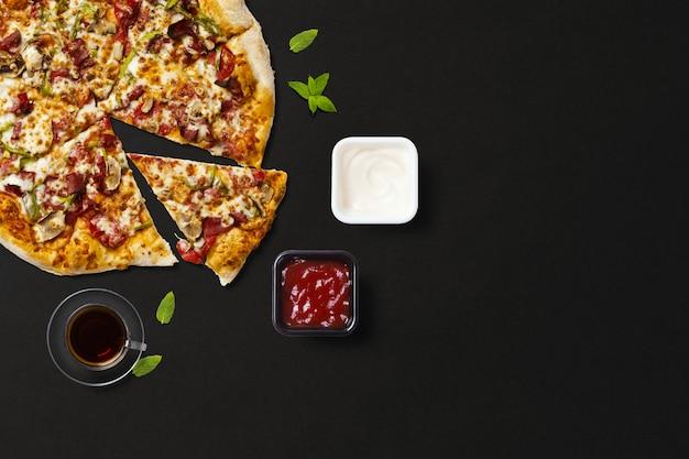 Vista superior de pizza con té