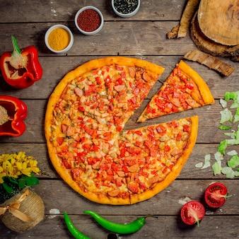 Vista superior de pizza con verduras picadas, champiñones y salchichas en rodajas