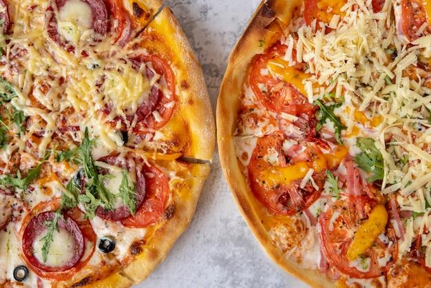 Vista superior de pizzas sobre fondo de cemento