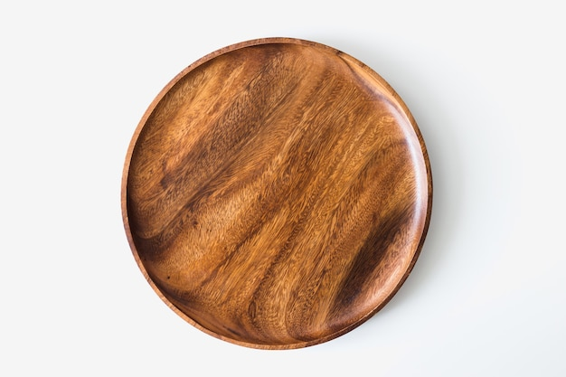 Vista superior de la placa de madera sobre fondo blanco.