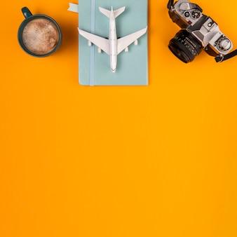Vista superior del plan de viaje y herramientas