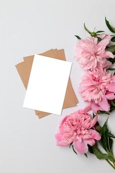 Vista superior plana de la tarjeta minimalista horizontal con flores.
