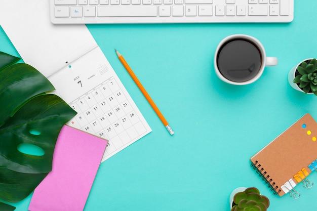 Vista superior plano del espacio de trabajo escritorio estilo diseño suministros de oficina con calendario
