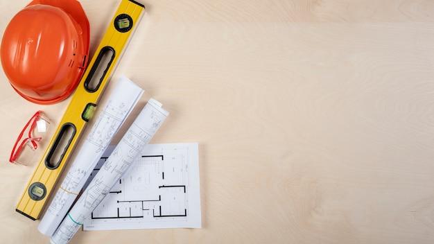 Vista superior de planos arquitectónicos en el escritorio con espacio de copia
