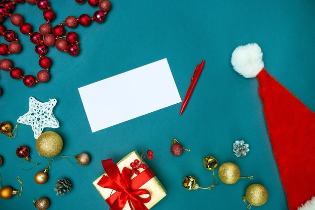La vista superior de la plantilla de maqueta de tarjeta de felicitación con adornos navideños
