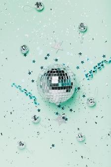 Vista superior plata bola de navidad y fondo azul con cintas
