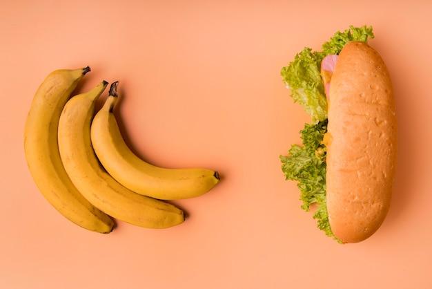 Vista superior de plátanos y hot dog