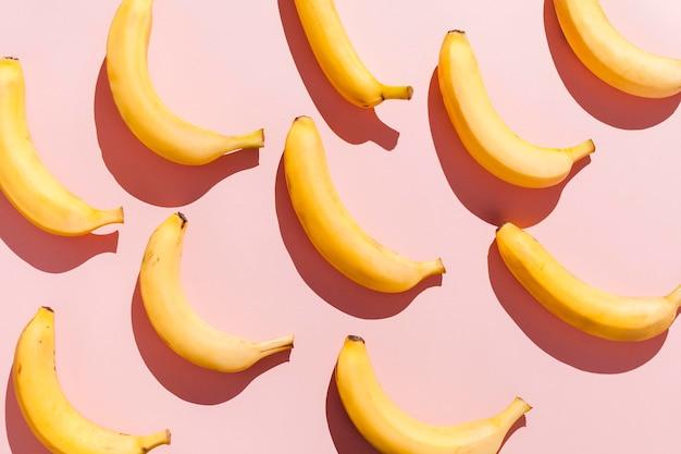 Vista superior de plátanos sobre fondo rosa