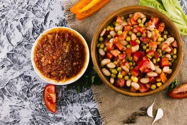 Vista superior de platillo mexicano y salsa picante.