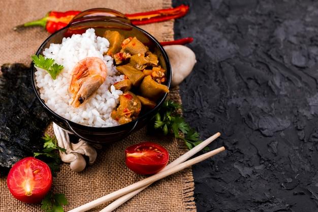 Vista superior del plato de arroz asiático sabroso