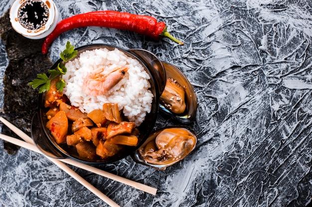 Vista superior del plato de arroz y camarones