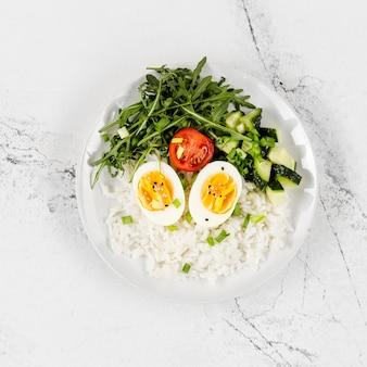Vista superior del plato con arroz y huevos.