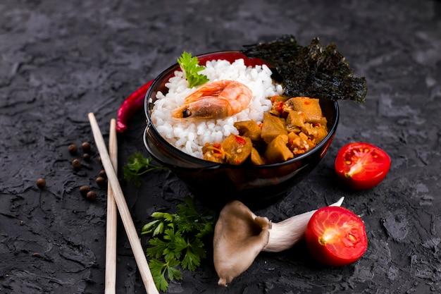Vista superior del plato de arroz y mariscos asiáticos