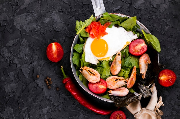Vista superior del plato asiático de ensalada de huevo