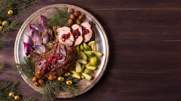 Vista superior del plato con bistec navideño y espacio de copia