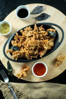 Vista superior plato de carne con salsas en el tablero