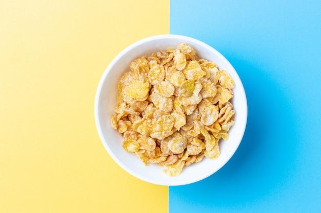Vista superior del plato con cereales para el desayuno