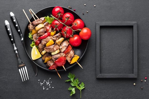 Vista superior del plato con delicioso kebab y marco
