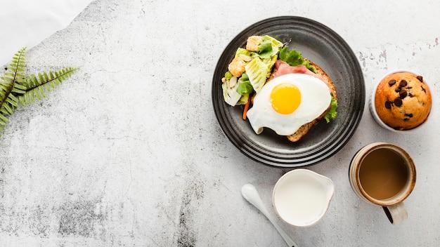 Vista superior plato de desayuno con leche y café