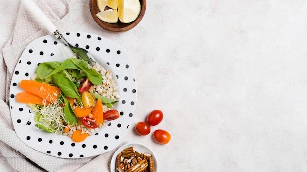 Vista superior del plato con ensalada y otros alimentos saludables