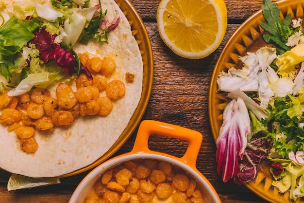 Vista superior del plato de maíz delicioso con verduras en la mesa