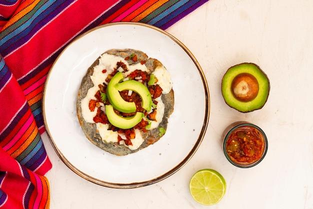 Vista superior plato mexicano con aguacate